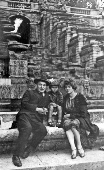 1928_Parizh._Amshey_Nyurenberg_s_zhenoy_Polinoy_i_dochkoy_Nelli.jpg