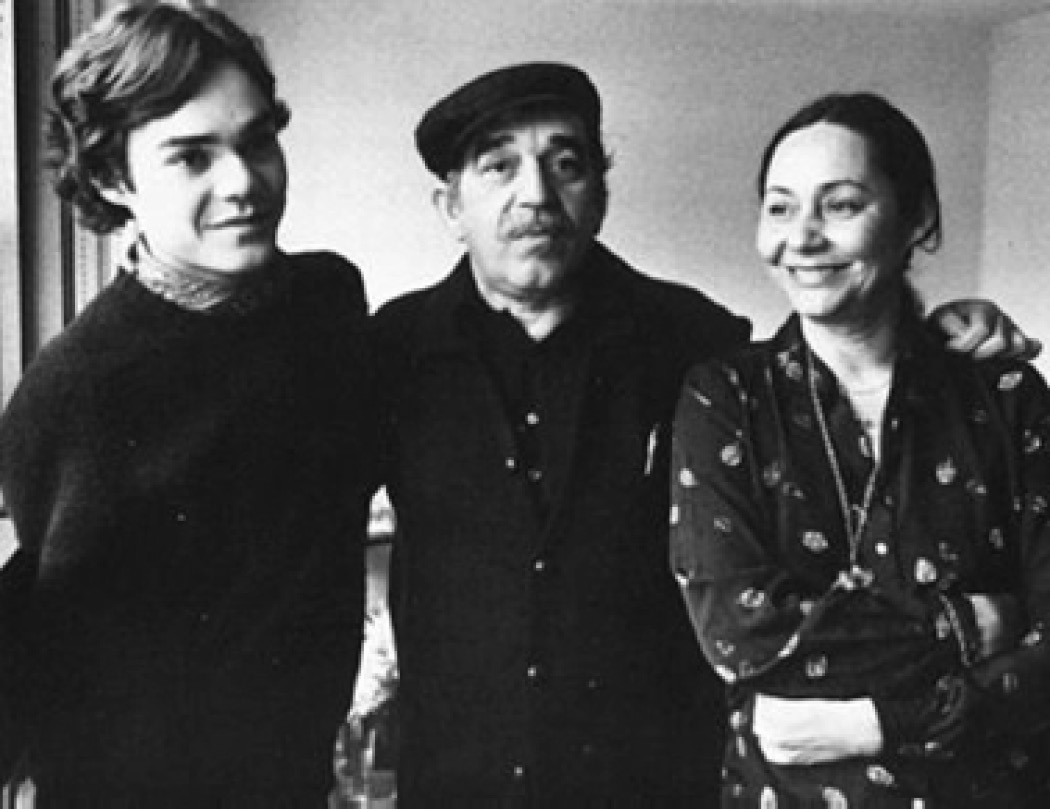 1982_Paris_Gabriel_Garcia_Marquez_with_his_son_Gonzalo_and_his_wife_Mercedes1.jpg