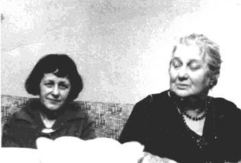 Анна Ахматова (справа) и Мария Петровых.  Фото Михаила Ландмана