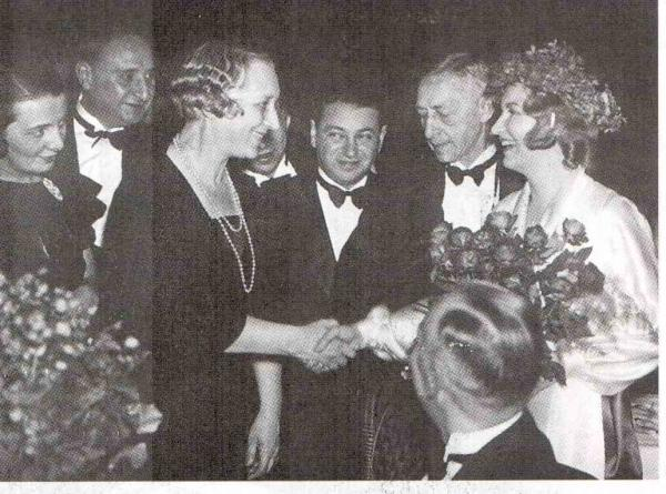 На церемонии вручения Нобелевской премии. Слева от Бунина Вера Муромцева, за ней - Галина
