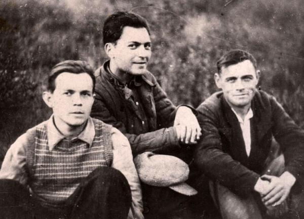 Ананий (в центре) на лосоповале
