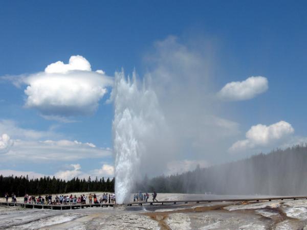 Йеллоустон. Туристы наблюдают извержение гейзера.
