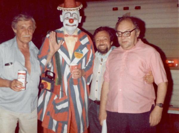 Наум Коржавин, Виктор Некрасов, Михаил Моргулис вместе с клоуном  цирка-шапито. Вермонт