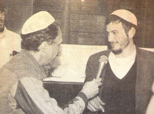 На газетной фотографии автор статьи берёт интервью у Беньямина Кахане