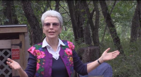 Ведущий 21-го костра   поэт Марина Тюрина-Оберландер