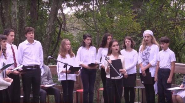 Учащиеся школы «Буквы» исполняют композицию «Стихи растут как звёзды и как розы»   по стихам Марины Цветаевой: