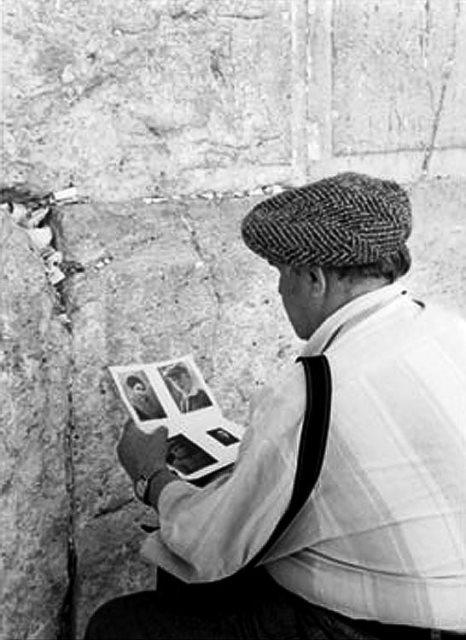 Евгений Халдей у Стены Плача в Иерусалиме.  Фото Льва Бородулина.